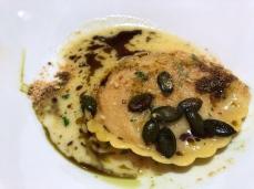 Kürbisravioli mit Senffrüchten, Biscotti und Parmesan