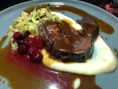 Mit Aprikose und Speck gefüllte Rehschulter in Vanille geschmort mit Spitzkohl und Sellerie-Püree